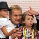 10.09.2011 Warszawa . Grzegorz Napieralski z córkami podczas konwencji SLD.