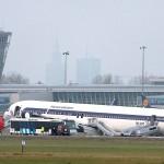 """Boeing 767 Polskich Linii Lotniczych """"LOT """" chwilę po awaryjnym lądowaniu na Lotnisku Okęcie - 1 listopad 2011."""