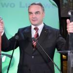 Waldemar Pawlak podczas zjazdu PSL otrzymał dwa miecze od swoich sympatyków z województwa warmińsko - mazurskiego - Warszawa Sala Kongresowa - 15 kwietnia 2007r.