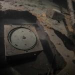 """Przenośny korektor kursu, w tle przenośny kompas, wrak """" Belliver """" - czerwiec 2012."""