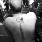 Szwed Andreas Collin i tatuaż - kopia zdjęcia Rtg jego skrzywionego kręgosłupa Fot. Wojciech Surdziel / Agencja Gazeta