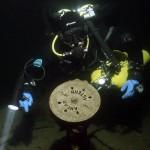 Jarek przy telegrafie maszynowym starego typu (tzw. poziomy) na wraku drewnianego parowca s/s Helge. Alandy czerwiec 2006 roku.